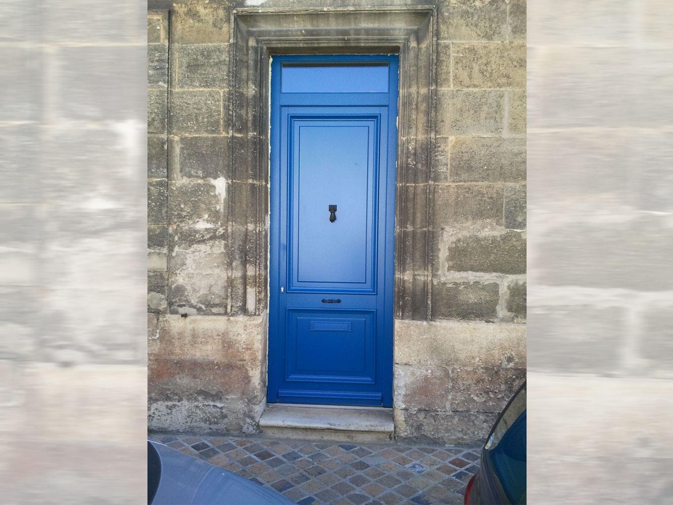 Porte d'entrée mixte bleue
